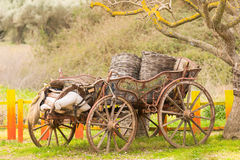 Vieux rétro chariot sur un fond coloré Photographie stock libre de droits