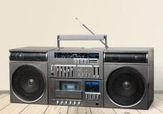 Vieux rétro magnétophone à cassettes de sableuse sur la table photos libres de droits
