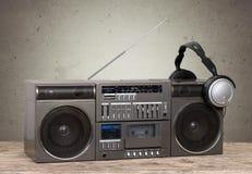 Vieux rétro magnétophone à cassettes de sableuse sur la table images libres de droits