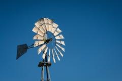 Vieux rétro moulin à vent Images stock
