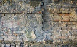 Vieux rétro mur de briques criqué, campagne abandonnée images libres de droits