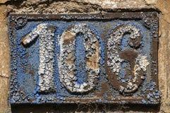 Vieux rétro numéro de plaque 106 de fonte Photos libres de droits
