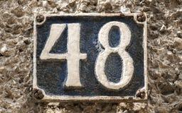 Vieux rétro numéro de plaque 48 de fonte Image stock