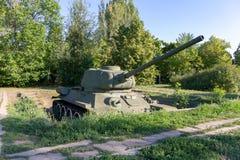 Vieux rétro réservoir soviétique dans un fossé photo stock