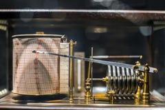 Vieux rétro sismomètre derrière le verre image stock