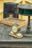 Vieux rétros lampes de lecture d'antiquité d'objets, abaque et réveil sur une table en bois Photographie stock libre de droits