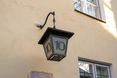 Vieux réverbère de l'Estonie Tallinn avec le numéro de maison images stock