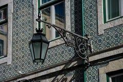 Vieux réverbère et façade traditionnelle de tuiles de Lisbonne Images stock