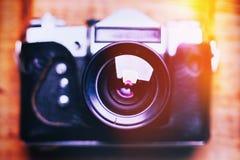 Vieux r?tro appareil-photo sur le fond abstrait de panneaux en bois de vintage photo stock