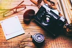 Vieux r?tro appareil-photo sur le fond abstrait de panneaux en bois de vintage photographie stock