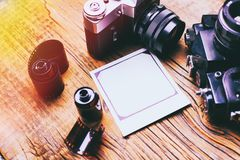 Vieux r?tro appareil-photo sur le fond abstrait de panneaux en bois de vintage images libres de droits