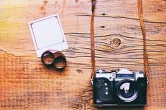 Vieux r?tro appareil-photo sur le fond abstrait de panneaux en bois de vintage image stock