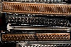 Vieux radiateurs de voiture sur la cour de chute photos stock