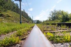 Vieux rails dans la fin d'herbe  image stock