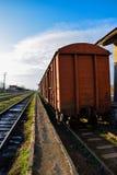 Vieux rails de fer avec l'herbe verte Photo libre de droits