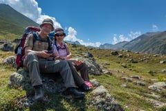 vieux randonneurs avec de grands sacs à dos se reposant sur la montagne Kackarlar photographie stock
