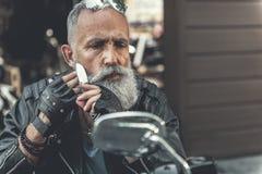Vieux rasage barbu réfléchi d'homme photo libre de droits