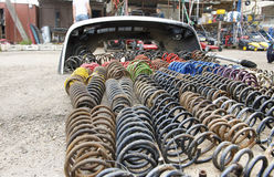 Vieux ressorts de voiture d'occasion et de camions sur un marché Photo stock