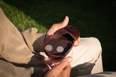 Vieux retraité comptant son argent de retraite, seulement euro pièces de monnaie Photos stock