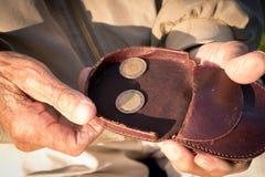 Vieux retraité comptant son argent de retraite, seulement euro pièces de monnaie Images stock