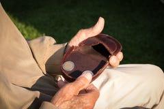 Vieux retraité comptant son argent de retraite, seulement euro pièces de monnaie Photographie stock