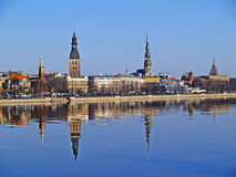Vieux Riga à travers la dvina occidentale Image libre de droits