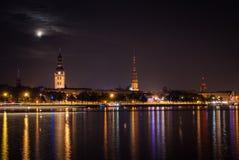 Vieux Riga pendant la nuit. Images stock