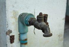Vieux robinet au manque de soin photos libres de droits