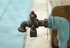 Vieux robinet au manque de soin photos stock