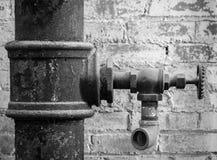 Vieux robinet au moulin en noir et blanc photographie stock libre de droits