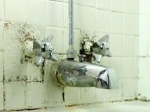 Vieux robinet dégoûtant Photographie stock