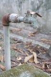 Vieux robinet délabré Photographie stock