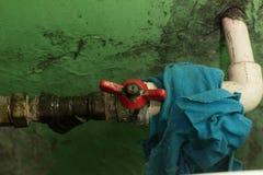 Vieux robinet d'eau sur Rusty Pipe image stock