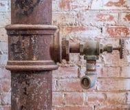 Vieux robinet dans l'entrepôt photos stock