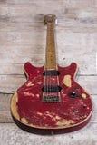 Vieux rouge de guitare électrique Photo libre de droits