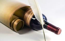 Vieux rouleau de papier, bouteille de vin, stylo de cannette sur un fond clair image stock