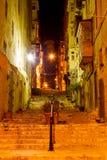 Vieux rue et escaliers étroits à La Valette Image stock