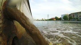 Vieux Rusty Sewage Pipe Discharging Into la rivière Le drain porte des eaux d'égout clips vidéos