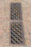 Vieux Rusty Sewer Drain à une rampe de stationnement Images stock