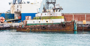 Vieux Rusty Tugboat au dock Images stock