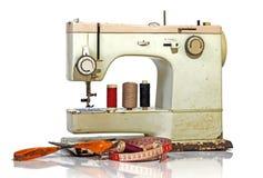 Vieux Rusty Vintage Sewing Machine avec des ciseaux et le ruban métrique Photographie stock libre de droits