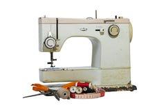Vieux Rusty Vintage Sewing Machine avec du coton et des ciseaux Photos stock