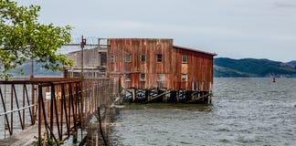 Vieux Rusty Warehouse sur la côte Image stock