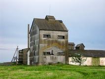 Vieux séchage de grain traitant la ferme photos stock