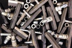 Vieux sabots de frein utilisés et utilisés sales de bicyclette avec les joints et l'écrou Photographie stock libre de droits