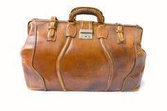 Vieux sac à main dans l'avant sur le fond blanc Images stock