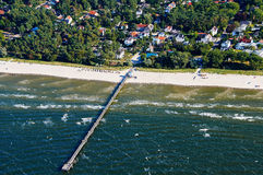 vieux sailboatpier à la mer baltique Photo stock