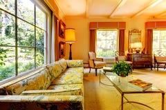 Vieux salon américain de maison avec les détails antiques. photo stock