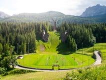 Vieux saut à skis abandonné dans le ` Ampezzo de Cortina d Dolomites, Italie Images stock