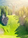 Vieux saut à skis abandonné dans le ` Ampezzo - endroit de Cortina d des Jeux Olympiques d'hiver en 1956 - dans la saison d'été D Image libre de droits